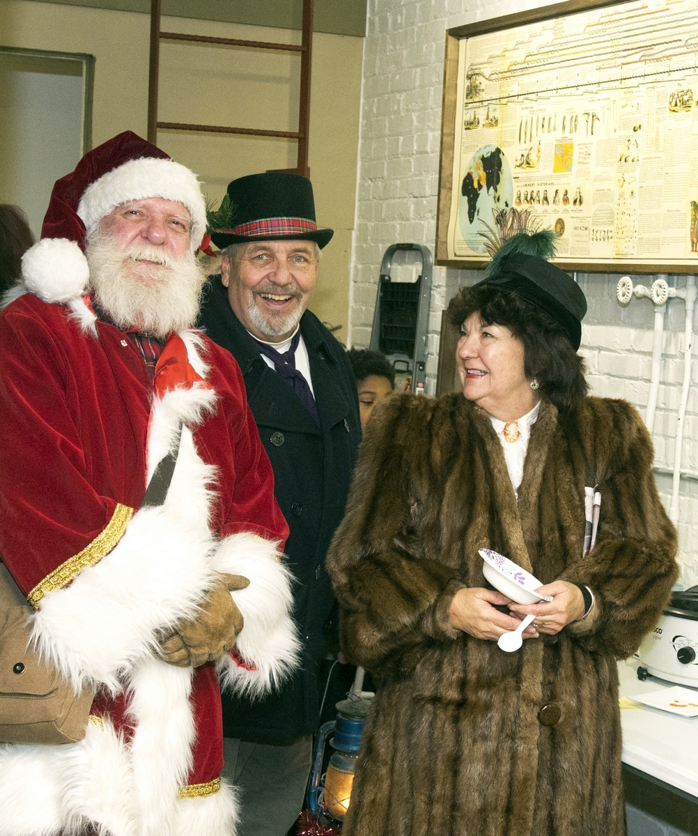 Parade of Lights 12-6-19 #520 - Chili dinner at Living Word Fellowship - L = Santa, Rick & Jeannine Fassl (R6)